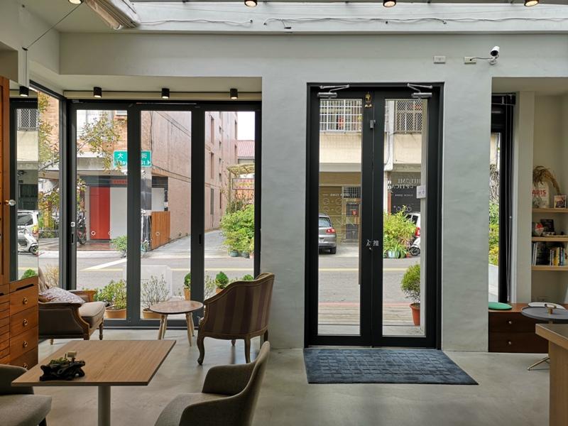 hitomicoffee11 南屯-Hitomi喜德盛 賣眼鏡也賣咖啡 Loft風簡單超好拍