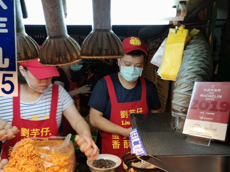 liuyuzi07 中山-劉芋仔 蛋黃芋餅香酥芋丸 米其林必比登推薦 人龍等待的芋頭小點