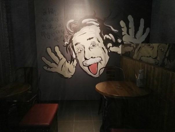 cafe24 苓雅-麓琦咖啡道館 科技工業風當道 愛因斯坦也坐鎮