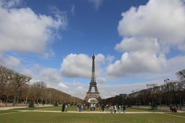 eiffle01 Paris-巴黎艾菲爾鐵塔La Tour Eiffel 藍天白雲綠地完美襯托優雅鐵塔