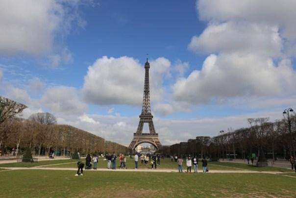 eiffle04 Paris-巴黎艾菲爾鐵塔La Tour Eiffel 藍天白雲綠地完美襯托優雅鐵塔