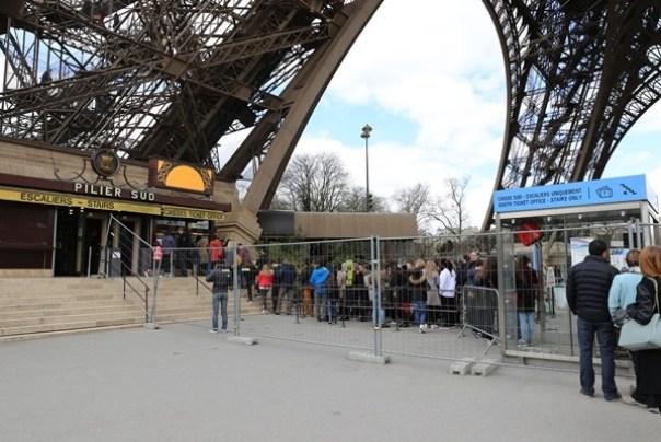 eiffle10 Paris-巴黎艾菲爾鐵塔La Tour Eiffel 藍天白雲綠地完美襯托優雅鐵塔