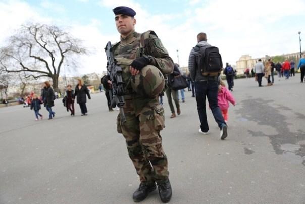 eiffle16 Paris-巴黎艾菲爾鐵塔La Tour Eiffel 藍天白雲綠地完美襯托優雅鐵塔