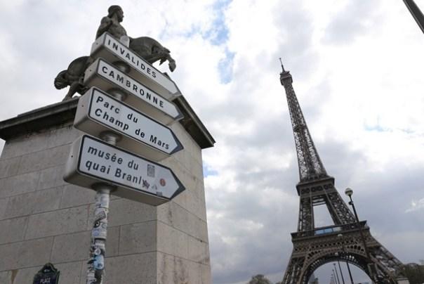 eiffle28 Paris-巴黎艾菲爾鐵塔La Tour Eiffel 藍天白雲綠地完美襯托優雅鐵塔