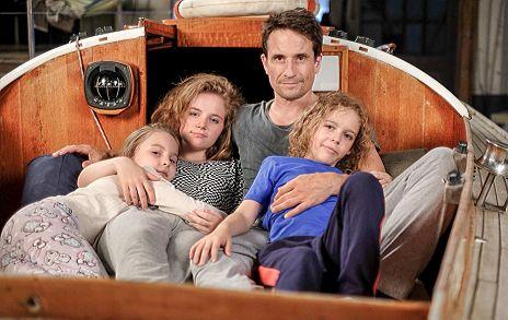 Tochter Papa seinen Freund teilt Familienbett mit