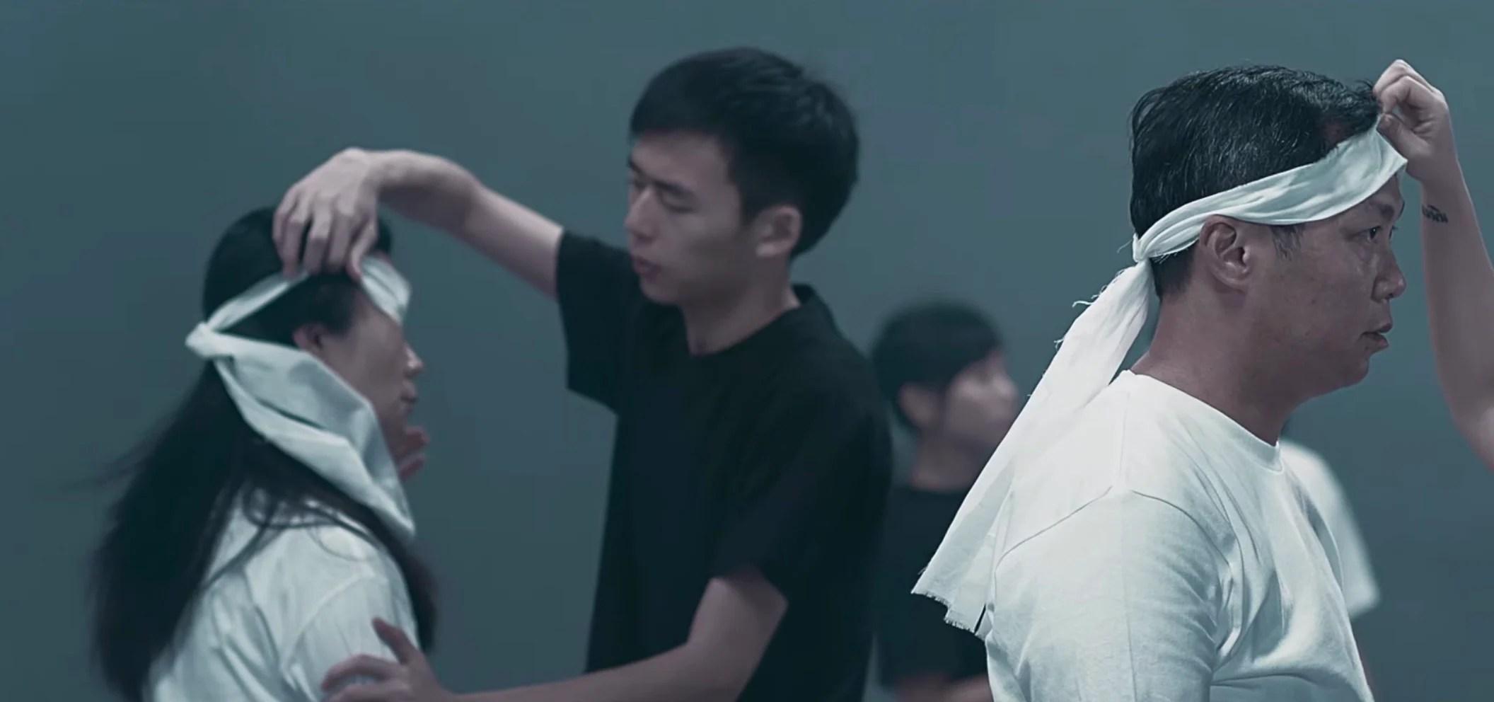 解開蒙蔽雙眼的人!方皓玟新歌《願》MV 唱出黑與白的對立,刺痛你心的歌詞,MV中6個讓人淌淚的隱藏訊息你 ...