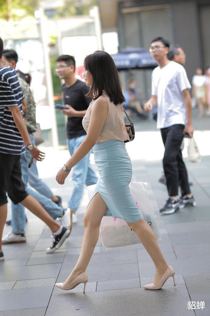女生選擇及膝裙穿搭,讓造型顯得優雅嫻靜,這樣搭配值得一試