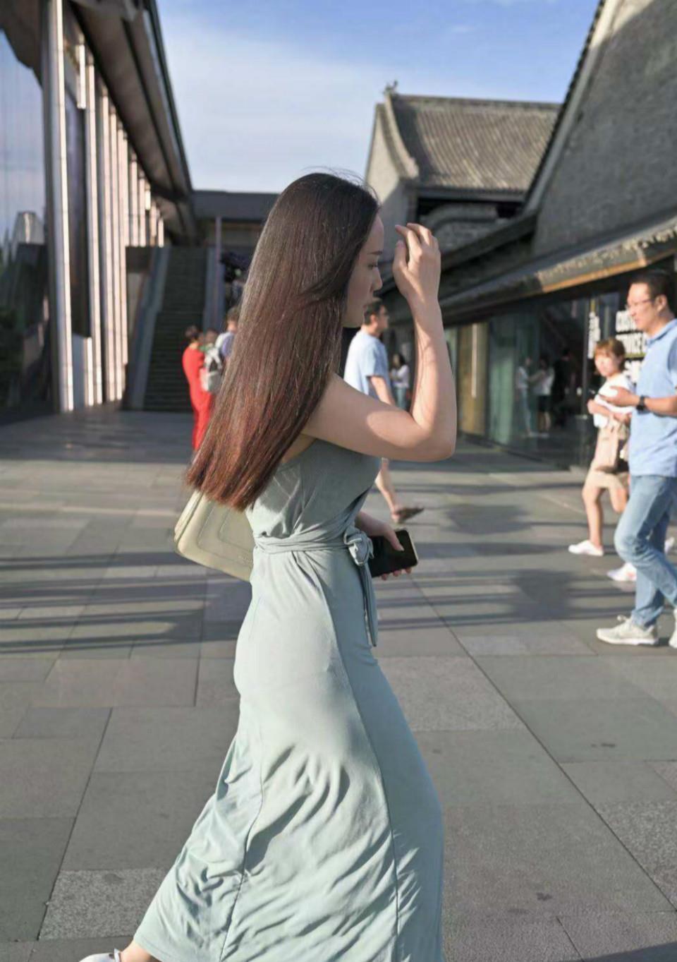 風格百變的「掛脖裙」,一改往日的穿法,展現不一樣的知性美!