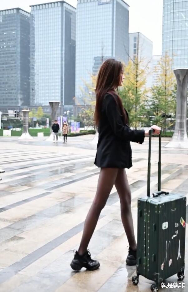 西裝、黑絲襪、運動鞋混搭,時髦姐姐就是這麼不羈