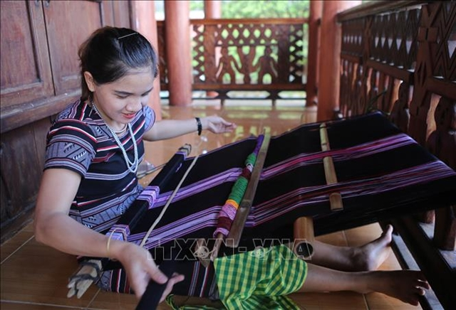 H're brocade weaving recognised as national cultural heritage 1