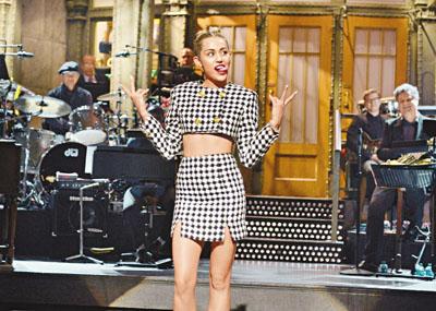 宣佈清純孟漢娜已死 Miley Cyrus派對狂野伸 - 香港文匯報