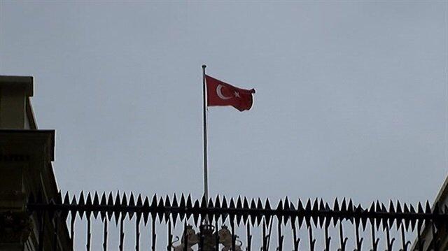 Hollanda konsolosluk binasına Türk bayrağı astı