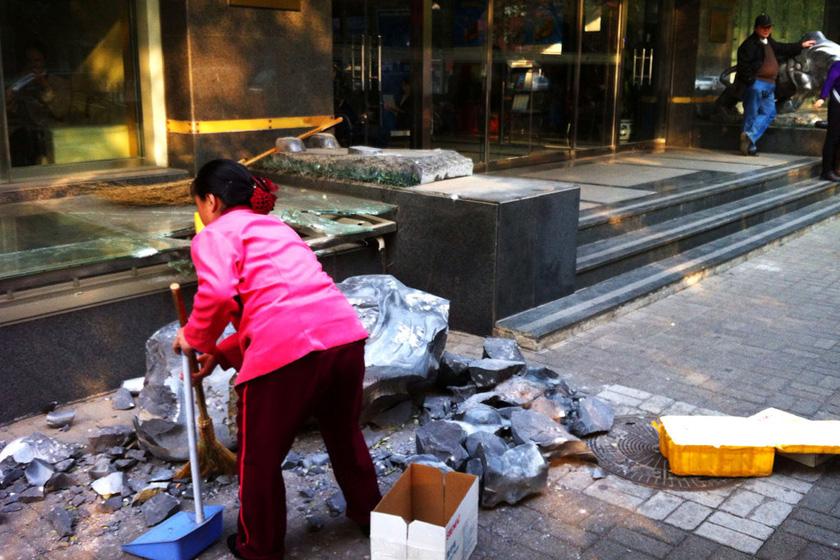 北京銀河證券石牛倒地引圍觀 _圖片頻道_財新網