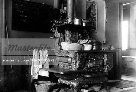 Annees 1900 Annees 1890 Tournant Du Siecle Cuisiniere A Bois En Fonte Poele Avec Casseroles En Cuisine Photographie De Stock Masterfile Rights Managed Artiste Classicstock Code 846 02795972