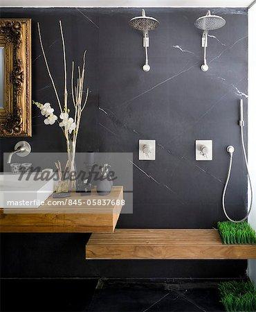 salle de bain avec mur gris fonce orne miroir au cadre dore lavabo et douche double avec banquette architectes hilit photographie de stock masterfile rights managed artiste arcaid code 845 05837688