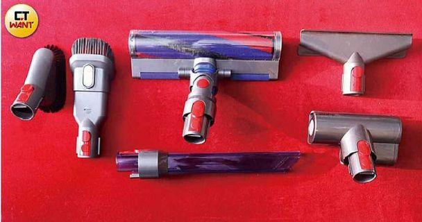 V8 Slim配件包含軟質碳纖維滾筒吸頭、LED隙縫吸頭、電動渦輪吸頭、二合一組合式吸頭、軟質毛刷吸頭、床墊吸頭共六組。(圖/王永泰攝)