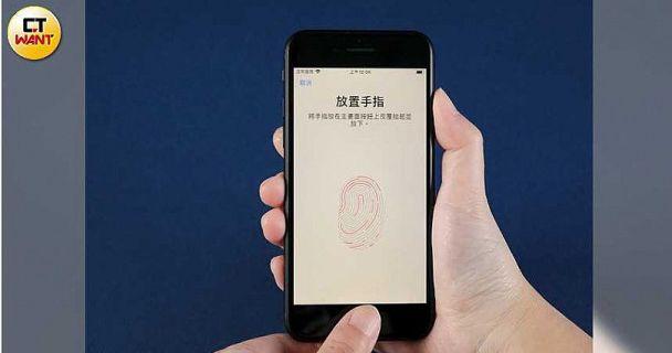 Touch ID指紋辨識功能在新款iPhone SE重現,即使戴著口罩也能解鎖。(圖/馬景平攝)