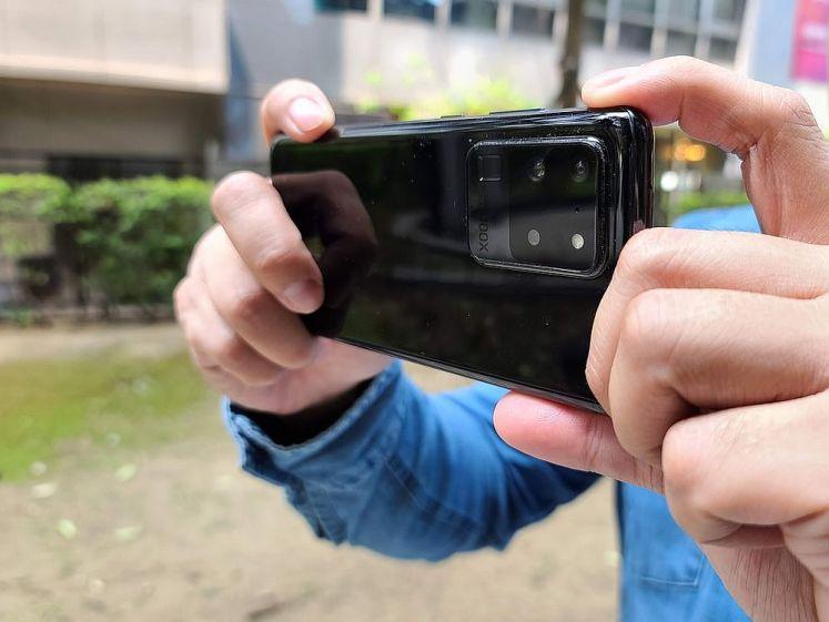 Galaxy S20 Ultra 雙手掌持