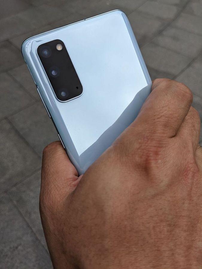 Galaxy S20 單手握持