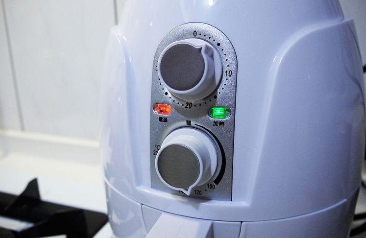 加熱時綠燈亮起,烹煮的時候電源燈會亮紅燈。