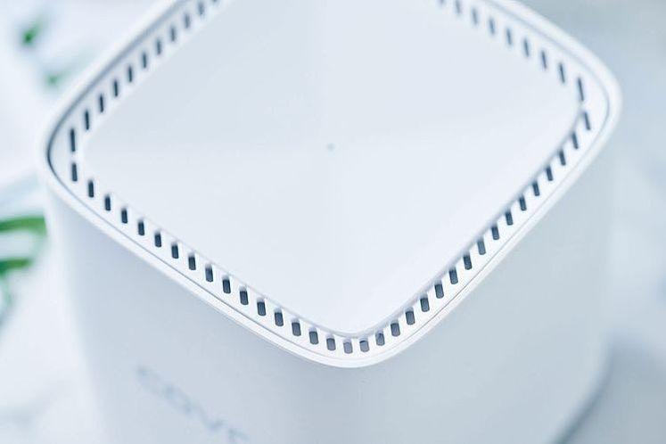 頂部的周圍設計了一整圈散熱孔,正中央則有一顆指示燈號
