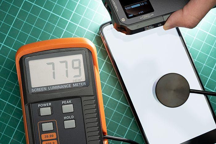 實測亮度數值,戶外使用不大有問題。