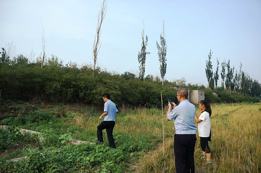 Police officers examine bird nets Liu discovered near the Tianjin West Railway Station, June 30, 2016. Fan Yiying/Sixth Tone
