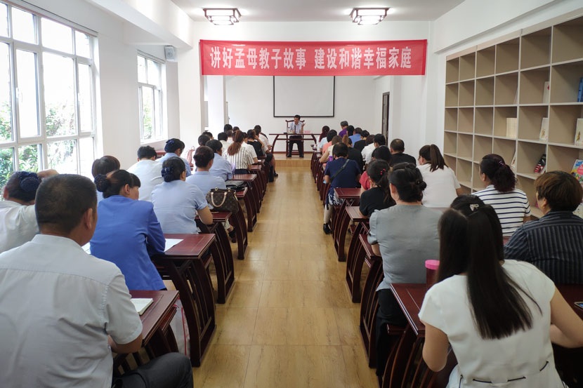 Zhao Yonghe, the Party secretary of Mencius Research Institute, gives a lecture on parenting in Zoucheng, Shandong province, Sept. 5, 2018. Fan Yiying/Sixth Tone