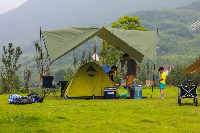A family at a camping site in Hangzhou, Zhejiang province, June 2021. IC