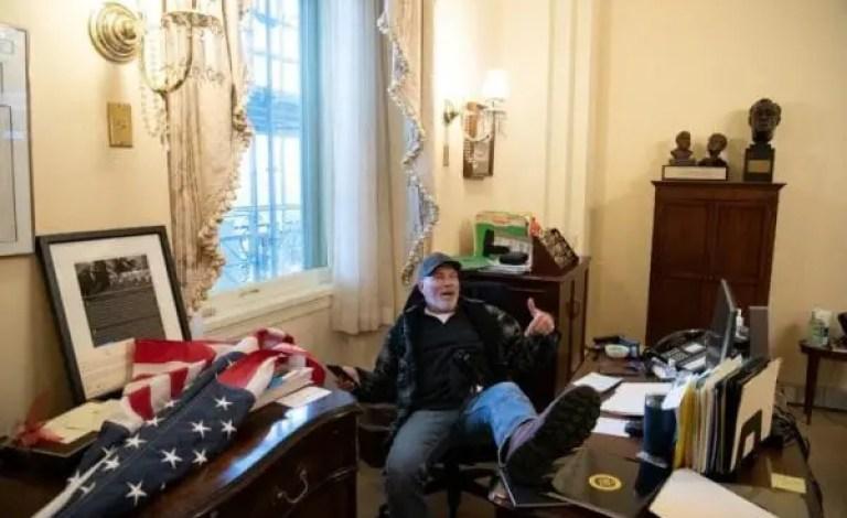 L'homme Photographié assis au bureau de la présidente de la Chambre, Nancy Pelosi, a été arrêté. - Donald Trump, États-Unis, Joe Biden