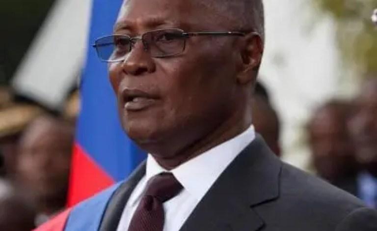 Des militants de l'opposition ont attaqué l'ancien président Jocelerme Privert à Radio Kiskeya. - Jean-Charles Moïse, oposition