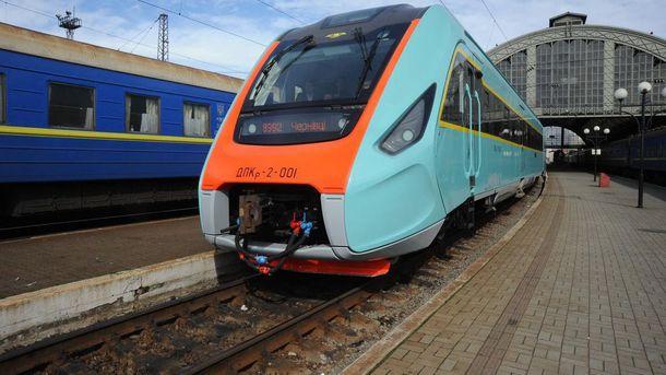 Поезд на железнодорожном вокзале во Львове