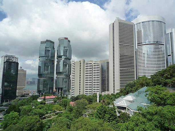 緑と超高層ビルのコラボ   香港ナビ