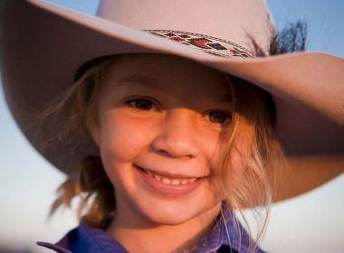 Modelo mirim australiana comete suicídio após sofrer bullying