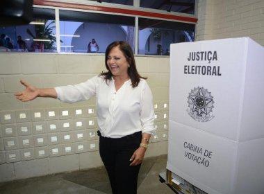 Alice Portugal chega à zona eleitoral para votar: 'Vamos ver o resultado concreto nas urnas'