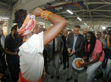 Rui cai no samba com Ganhadeiras de Itapuã em entrega de estações da Linha 2 do metrô