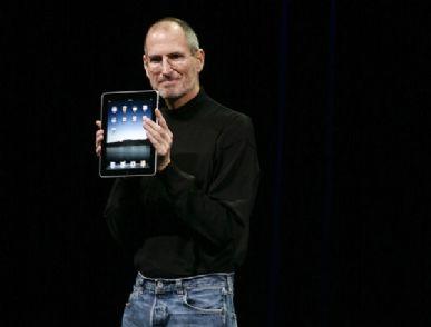 Steve Jobs exibe o iPad em evento em San Francisco