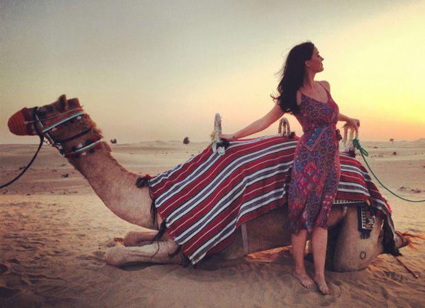 Katy Perry posa com camelo em Dubai / Divulgação/Twitter