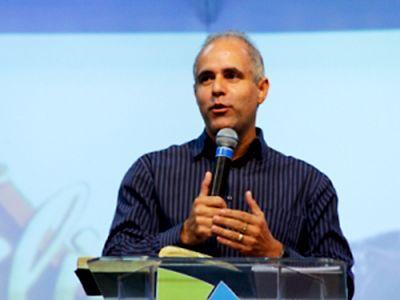 Pastor Claudio Duarte encara o sofá preto do Danilo /