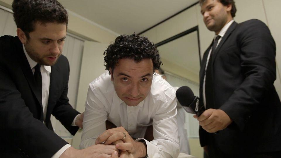 Marco Luque encara o exame do toque no CQC /