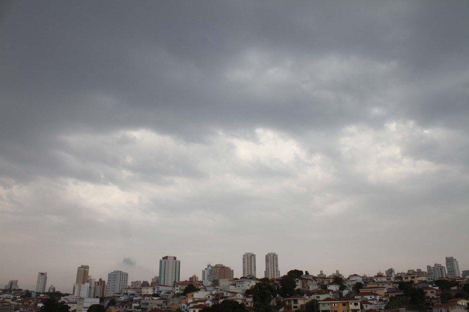 Nuvens carregadas no Mandaqui, na zona norte de São Paulo / Willians Queiroz/Futura Press/Folhapress