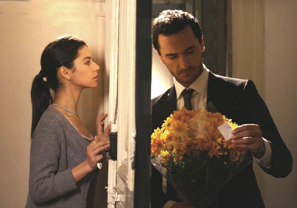 Mustafá leva flores para Asu, mas quem está no apartamento é Fatmagül / Divulgação / Band