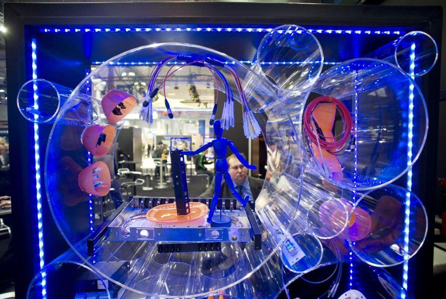 Visitante observa uma das instalações em exposição na feira de informática