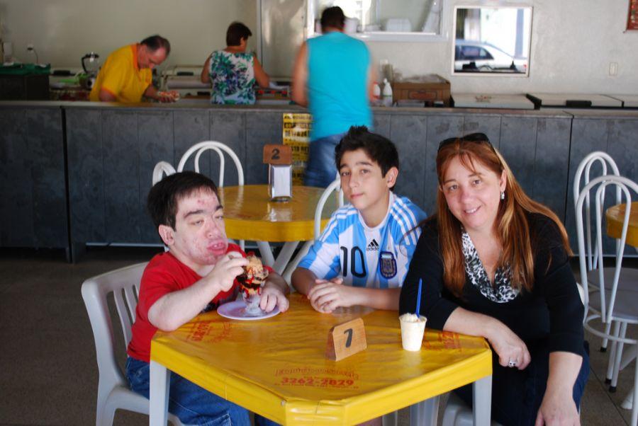 Dudu, a mãe Regina e o irmão Léo: a família toda luta contra a MSP / Arquivo Pessoal