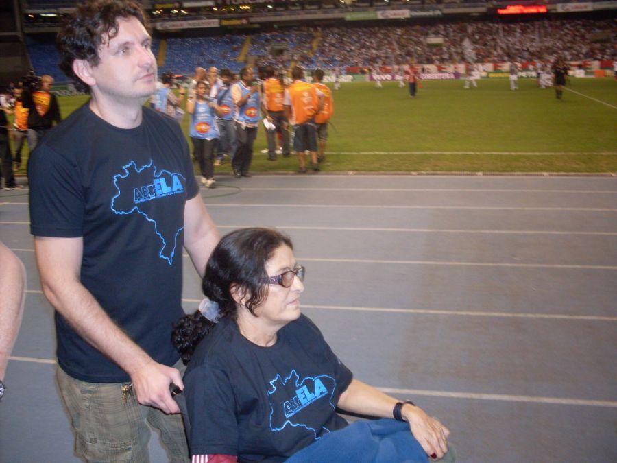 Mauricio e D. Zita, uma das assistidas pela Abrela, durante evento no Engenhão, no RJ  / Arquivo Pessoal