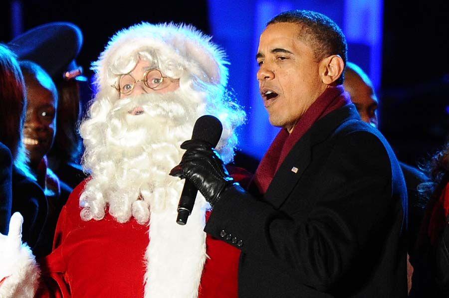 Obama celebra com Papai Noel, mas Natal será de dificuldades para americanos devido a crise econômica / Jewel Samad/ AFP