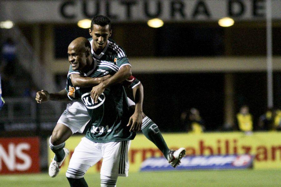 Juninho vibra com Marcos Assunção: lateral fez o primeiro do Palmeiras na vitória sobre a Ponte / Ale Cabral/Futura Press