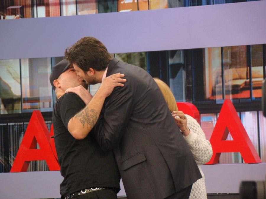 Danilo Gentili Beija Na Boca Do Músico Do Ultraje, Veja