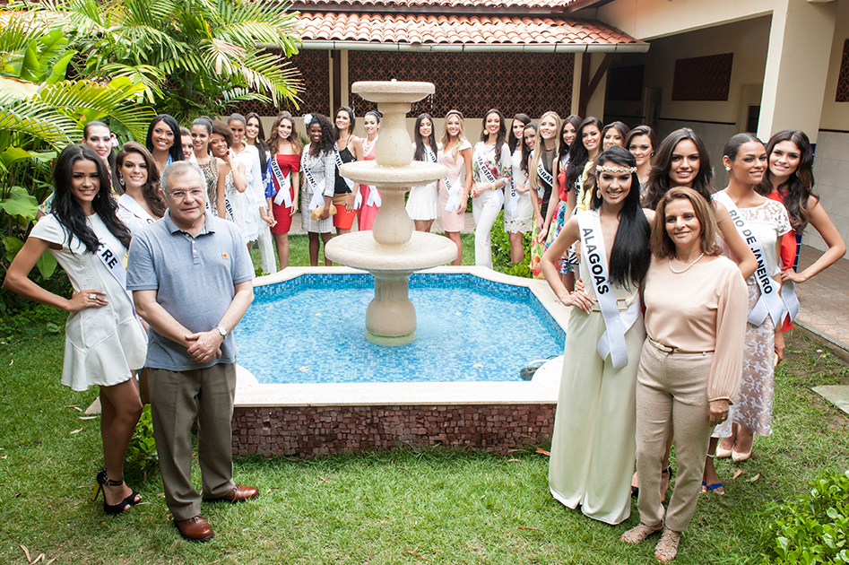 Sulivan Matos, presidente do Iprede, e Gloria Marinho, vice-presidente, com as Misses estaduais