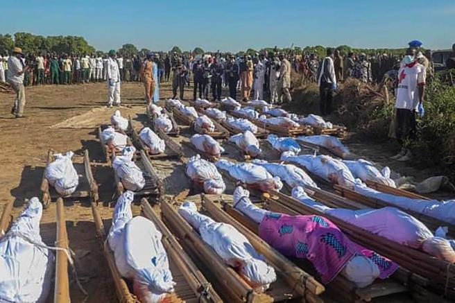El entierro masivo celebrado este sábado con las víctimas del ataque de la organización yihadista Boko Haram.